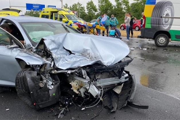 Auto botst tegen vrachtwagen, twee gewonden