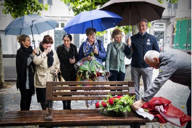 Bank ter nagedachtenis aan volkszanger Johnny Blenco onthuld op het Vrijthof