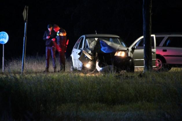 Auto knalt tegen boom in Simpelveld