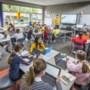 In de aula, de gang, de hal: overal zitten kinderen nu de scholen weer helemaal open zijn