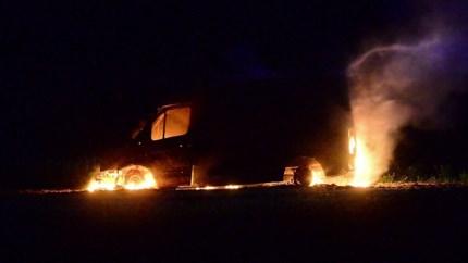Video: Bestelbusje gaat volledig in vlammen op