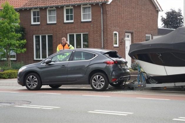 Boot botst tegen geparkeerde auto