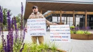 Niemand bij Peel en Maas neemt Mohammed serieus dus protesteert hij voor de deur van het gemeentehuis