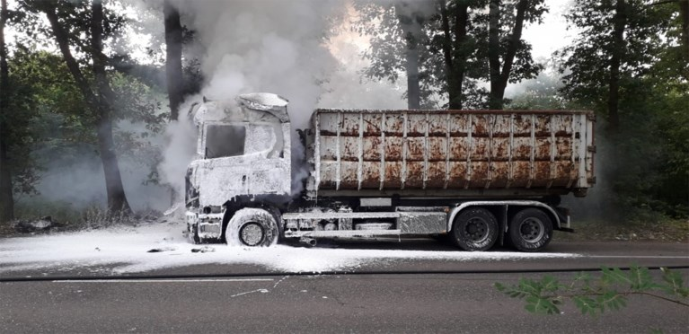 Vrachtwagen in lichterlaaie, Rijksweg enige tijd afgesloten