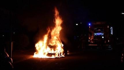 Video: Auto gaat in vlammen op in Nederweert