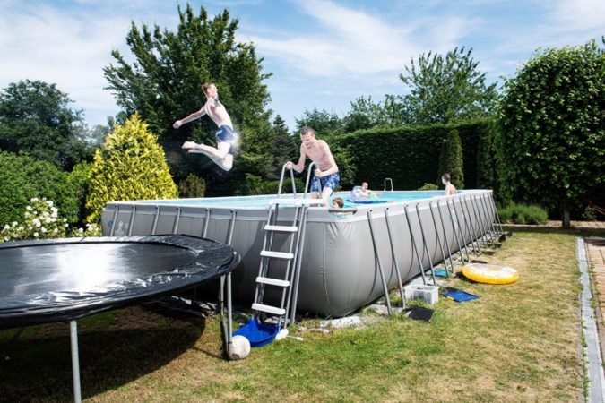 Opblaasbadjes in de tuin? Nee, nu staan er heuse superpools