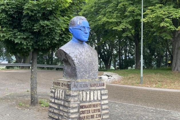 Hoofd van borstbeeld kapelaan Berix in Meers blauw gespoten