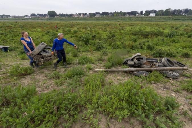 Verbijstering bij opruimactie langs de Maas in Borgharen: 'Zo bont heb ik het nog nooit meegemaakt'