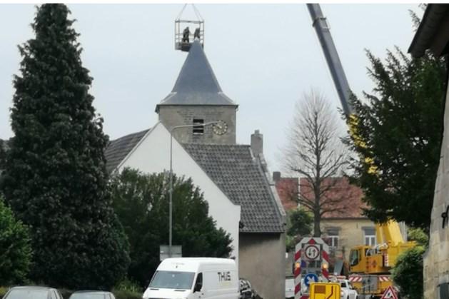 Torenkruis en weerhaan Oud-Valkenburg opnieuw verguld