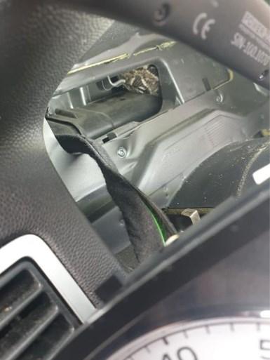 Slang verstopt zich in dashboard: automonteurs halen hem er uit