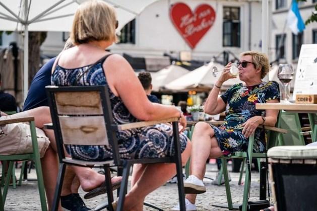 RIVM-onderzoek: Nederlander is minder bang voor het virus en gaat vaker naar buiten