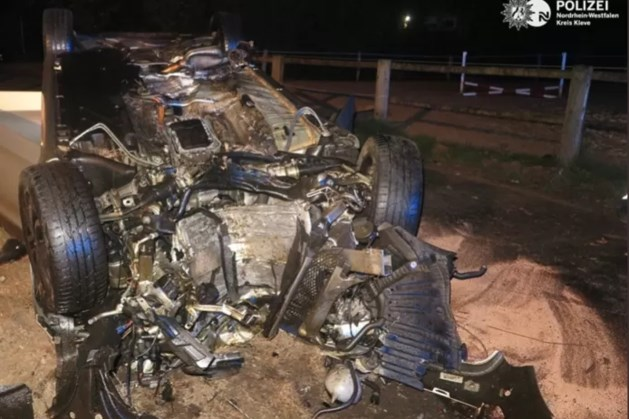 15-jarige crasht met Mercedes C-klasse en raakt zwaargewond