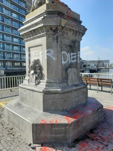 Standbeeld van Piet Hein besmeurd en beklad: hij is een 'killer' en een 'dief'
