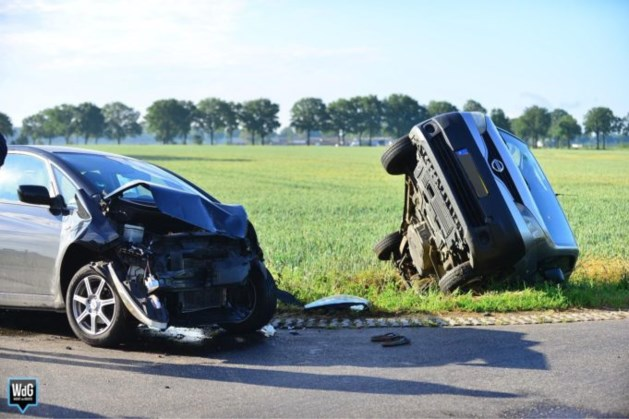 Hoofdletsel voor bestuurder van bestelbus na ongeval in Ospel