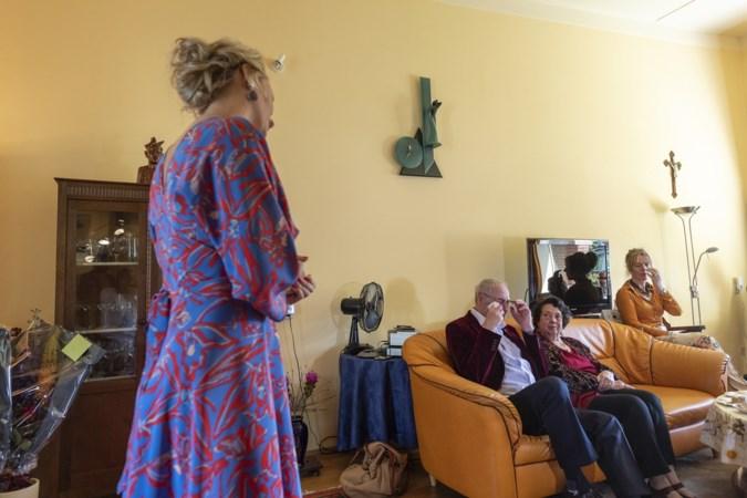 Plots een piano en zangeres Janine Kitzen in de woonkamer