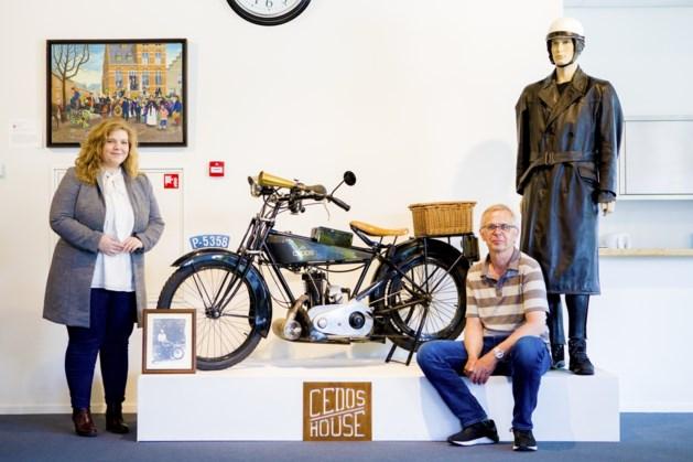 Honderd jaar oude motor en fiets in Venrays Museum
