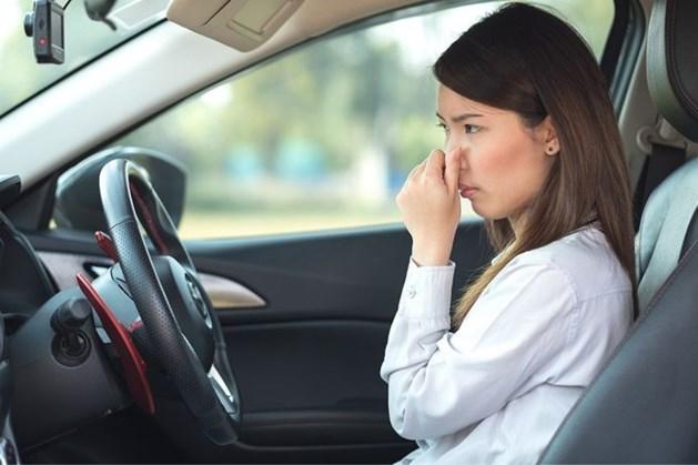 Hangt er een vieze lucht in je auto? Dit kun je eraan doen