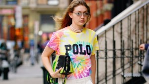 Teruggekeerd uit de seventies: verf je T-shirt in psychedelische, felgekleurde motiefjes