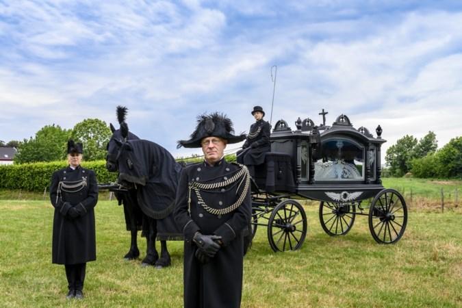 De rouwkoets is terug in het straatbeeld van Zuid-Limburg