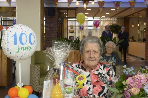 100e verjaardag voor Leonie uit Schinveld met champagne, taart en ballonnen