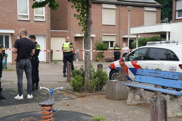 Agenten met getrokken pistolen halen ruziënd echtpaar uit woning