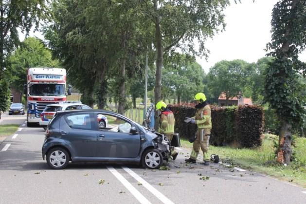 Auto botst op boom in Horst
