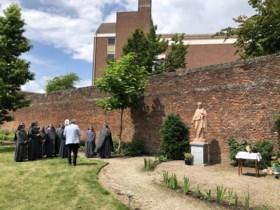 Bisschop zegent in Weert het verplaatst Heilig Hartbeeld