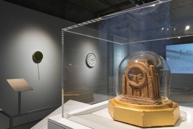 De tijd verstrijkt en de klok verrot op tentoonstelling Cube in Kerkrade