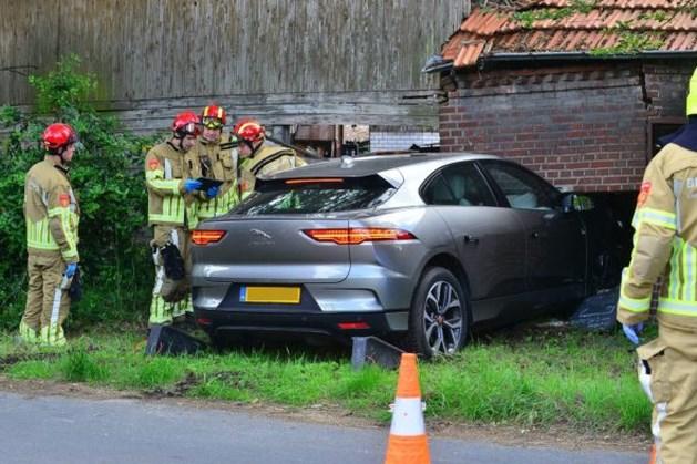 Auto ramt gevel boerderijwinkel Nederweert