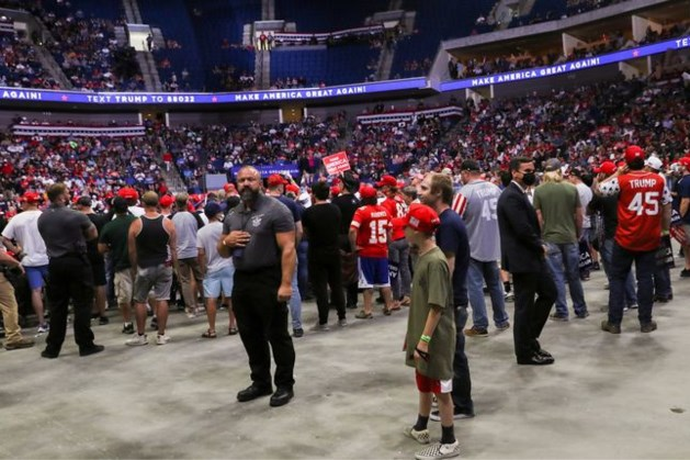Halflege zaal bij eerste campagnebijeenkomst van Trump sinds maanden