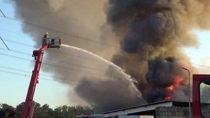 Video: Grote brand bij recyclingbedrijf in Haelen onder controle; nablussen duurt nog de hele dag