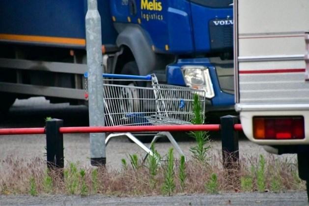 Stunt met fatale afloop: jongen valt uit winkelwagentje achter auto en overlijdt