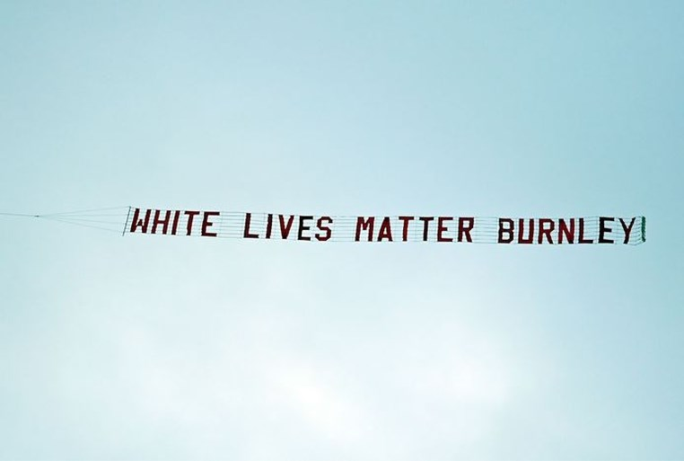 Onbegrip over vliegtuig met 'White Lives Matter' boven stadion City