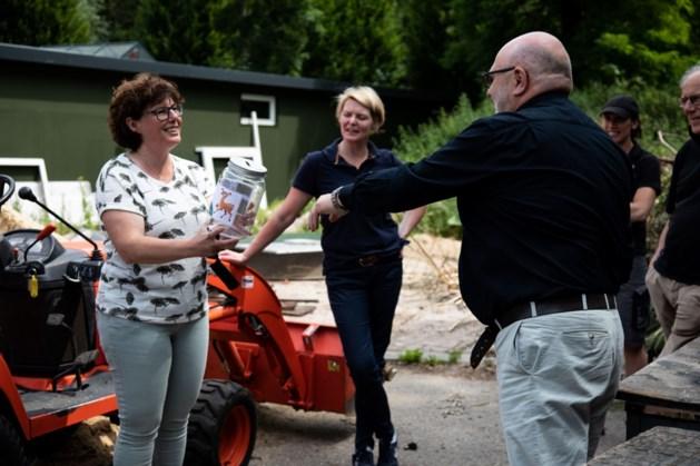Ondernemers schenken dierenvoer aan Kasteelpark Born