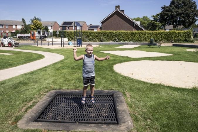 Stiekem de trampoline testen in speeltuin Stevensweert