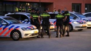 100 tot 150 jongeren gooien met vuurwerk en stenen in binnenstad Helmond, politie voert charges uit