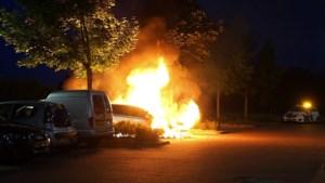 Video: Auto gaat in vlammen op in Weert