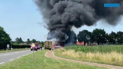 Video: Tractor op de weg volledig uitgebrand