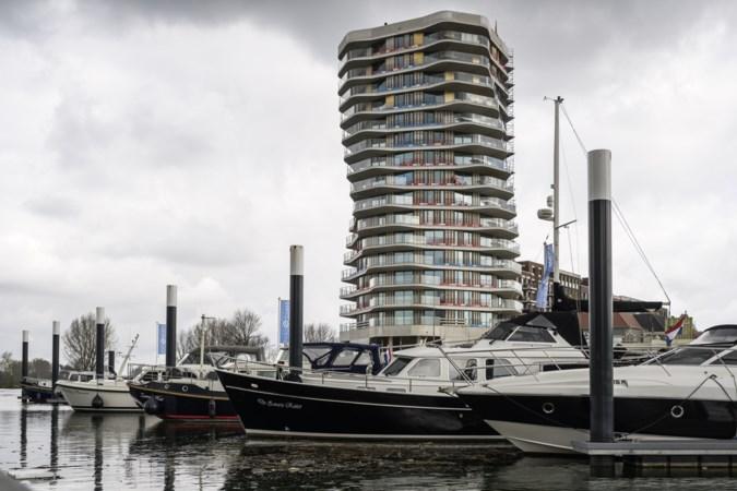 Protest tegen 'Chinezenhotel' nabij outlet in Jazz City Roermond