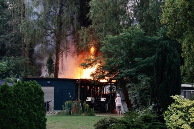 Bewoner loopt brandwonden op na brand in caravan in Heijen