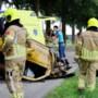 Auto knalt tegen boom en belandt op zijn kop in Milsbeek
