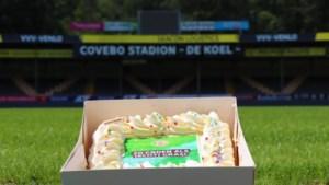 PSV stuurt taart naar VVV als felicitatie met echt gras