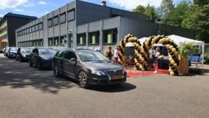 Diploma én boompje mee bij drive-in Eijkhagencollege Landgraaf