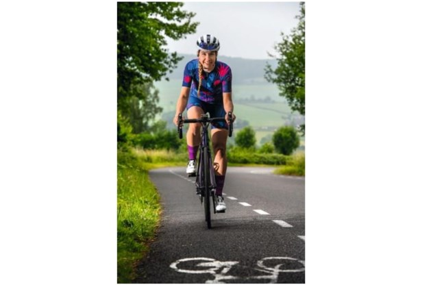 De fiets als statement: de Roggelse Manon van de Ven verruilde haar renschoenen voor een wielrenfiets