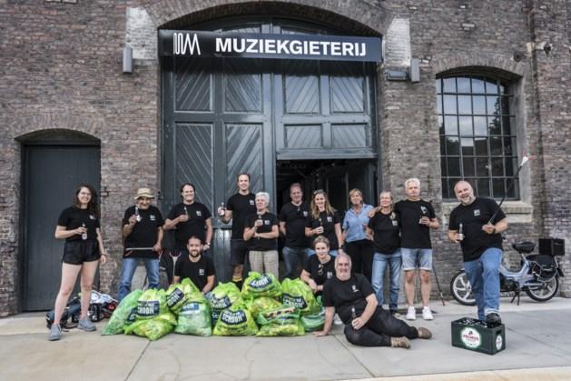 Vrijwilligers Muziekgieterij maken binnenstad schoon