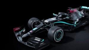 Mercedes rijdt met zwarte auto in strijd tegen racisme