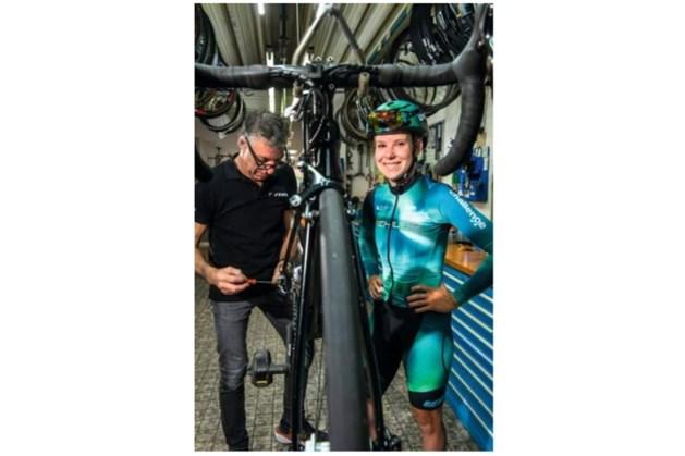 De fiets als statement: bij Senna Feron uit Schimmert begon de passie voor het wielrennen in de fietszaak van haar vader