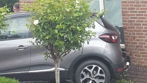 Auto rijdt tegen gevel van woonhuis