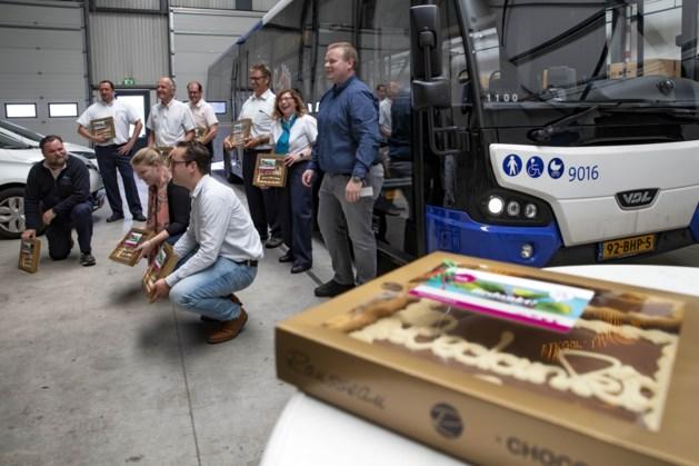 Presentje voor buschauffeurs als dank voor inzet tijdens evacuatie Herkenbosch