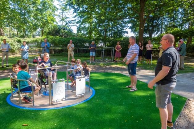 Speeltuin Kitskensberg neemt rolstoelcarrousel in gebruik, Djael maakt eerste rondje